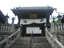 階段を登りきったところにある参門。瓦屋根が美しい参門。