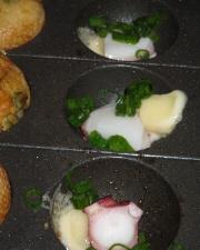 穴の中にタコとチーズネギを入れて焼いているところ。