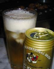 エビスビールの缶と、グラスに注がれたビール。グラスには氷が浮かんでいます。