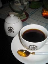 白いカップとシュガーポット。同じマーク入りのお揃いの器です。