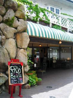 細い通路の町並み。真新しい洒落た概観のカフェ。