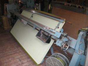 畳を実際に作っているところ。大きな機械で畳を挟み込んで、畳の淵を縫いつけているところのようです。