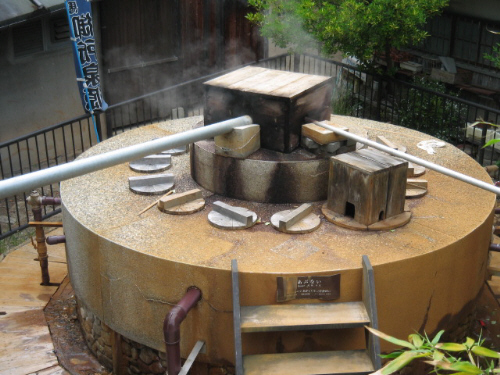 丸い大きな井戸のような形、違うのは上部が開いていないこと。木の箱のようなものが中央に乗せられ、パイプが通してあり、どこかに蒸気を送っているようです。