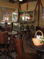 木の椅子やテーブルの奥にピンボールが3台並んで置いてあります。