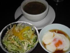 スープと、サラダと温泉卵。ランチのセットです。