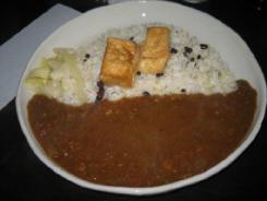 カレーライスのカレーは、ひき肉入りのルーだけに見えるカレーです。ご飯は雑穀米で黒い豆の粒が見えています。ご飯の上に四角いものが二つ、厚揚げのソテーが乗せてありました。