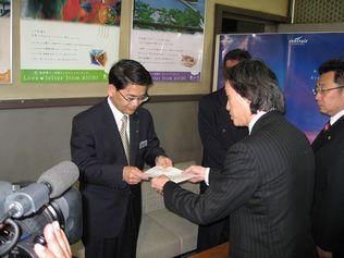 引退愛知県議の天下りはおかしい!知事に質問状提出_d0011701_213172.jpg