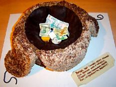 茶色いコサック帽子をひっくり返して、その中にお札や小銭が集められています。何かの寄付金?コサックダンスの見物料?