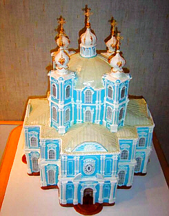 どこかの宮殿か美術館のようです。真似てミニチュア版にして作ったのね。水色の壁の色と白い柱が個性的です。