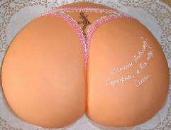 なんとも綺麗な形のお尻。ピンクの申し訳程度の下着はつけています。お尻の丸い部分に文字が書かれてあり・・・・・。