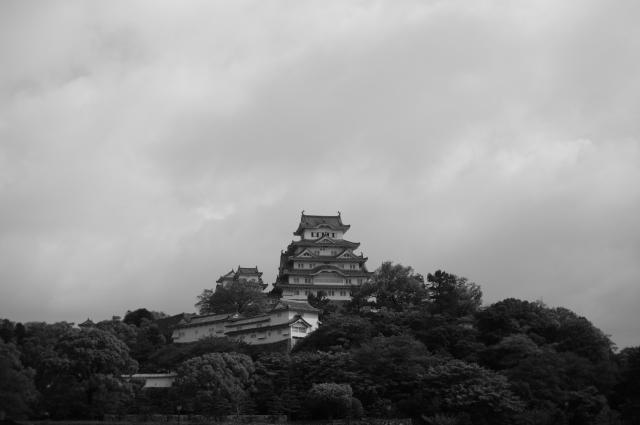 外堀から門をくぐり、大きい広場の向こうに、凛とした風貌の姫路城があります。写真には広場を入れないでいますので、小高い山の上に天守閣がそびえる感じにしました。自分が見たお城の中で、一番のお姿。見事なお城でした。