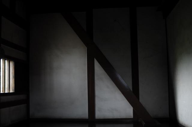 長い廊下を歩くと何度か細い階段を昇ります。昇れない階段もあり観光客の姿も無かったので、左の窓から差し込む朝日が、室内右の壁を照らす様子を撮ってみました。背景には、昔使われていただろうと思われる古い階段があります。