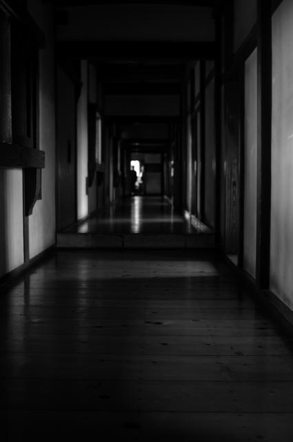 長い廊下からの一枚です。右手には小部屋が続き、当時の面影を感じながら歩きました。そんな感じを自分の腕では表現できないのが残念ですが、奥に続く廊下の小部屋の前だけが朝日に照らさせています。