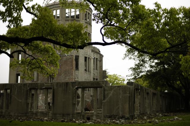 原爆記念館からドームを見る角度からだと、ちょうど右手裏側からドームを撮りました。背景に街の様子が写らない角度です。