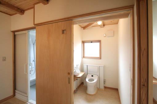 飯能の家23:完成:トイレ周りのユニバーサル_e0054299_17194215.jpg