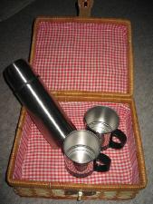 蓋を開けると中は赤いギンガムチェックの布で覆われていて、中にはステンレスのマグカップ2個と、ステンレスの小さめの魔法瓶が入っています。