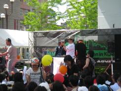 Tシャツをゲットした女性が笑顔でステージから戻ってきています。風船も否応無しに手渡されるのかな?手に風船も持っています。