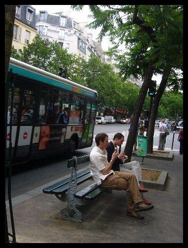 ■街角で食べる人(パリ)_a0008105_21434124.jpg