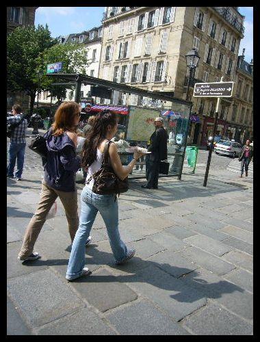 ■街角で食べる人(パリ)_a0008105_2144145.jpg