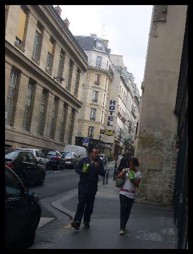 ■街角で食べる人(パリ)_a0008105_21442022.jpg