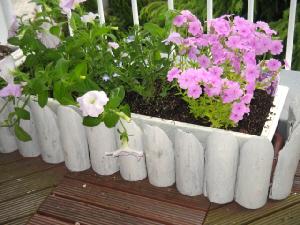 上記のふたつを合体させたところ。なかなか雰囲気はバッチリです!ピンクの花が一層可憐に見える白いプランターの完成です。