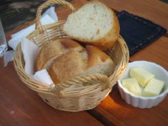 バスケットに入れられたフランスパン。バターも添えてあります。