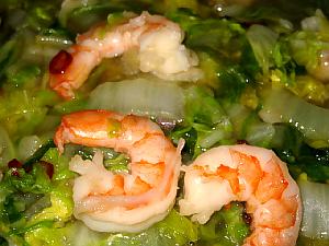 エビと白菜の炒め煮のアップ画像。とろんとした白菜の緑とエビの赤が綺麗です。あんがかかっているのでとろんとしています。