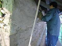 """現代に蘇る豊かな土壁 """"版築壁""""・・・左官の匠、技と文化を探る! _e0008000_1911991.jpg"""