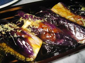 焼きナスの上に摩り下ろした生姜醤油がかかっています。