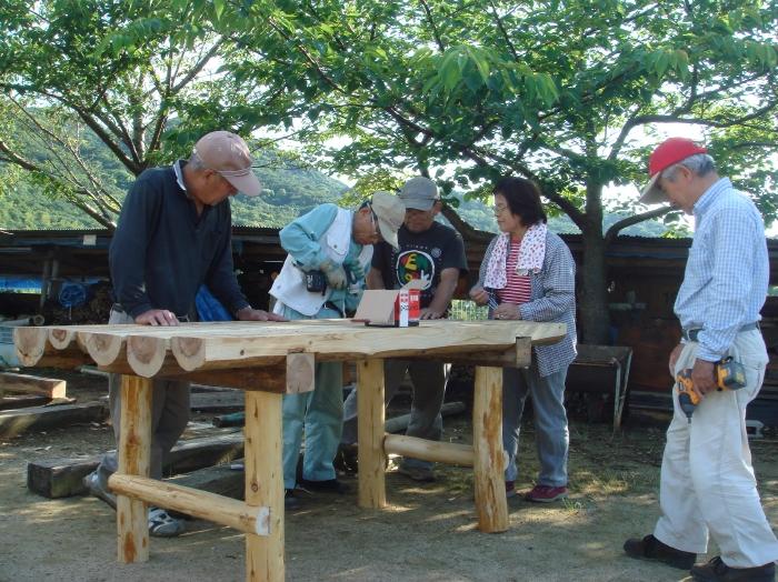 定例活動日:原木テーブル製作 in 「ピアッツァ5」_c0108460_2227083.jpg