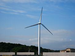3枚羽の風車。これで蓄電された電気は、電力会社へ売られているらしい。青空に大きな風車が似合っています。