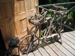 勿論木製のデッキテラス。コーナーには木と蔓で作られた自転車が飾ってありました。