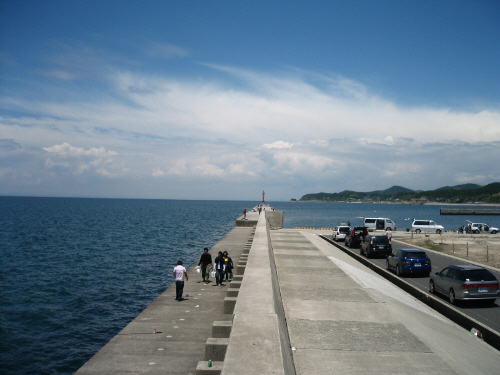 都志港、港防波堤の全景。青い空と青い海、なんとものどかな光景です。