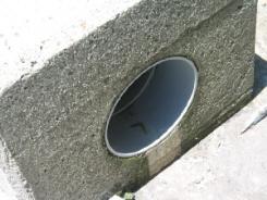 四角いコンクリートのブロックの中が丸い穴が開いていて海までその穴が繋がっています。空気穴を設けて防波堤にかかる水圧を分散しているのでしょう。