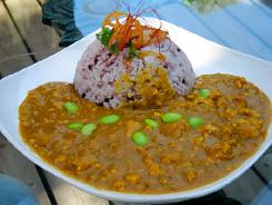 古代米を混ぜて炊いたご飯にひき肉のカレー。散らした枝豆の緑が鮮やかです。