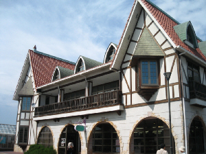 ヨーロッパで見かけるような外観の建物。みやげ物屋さんと、レストランが入っています。
