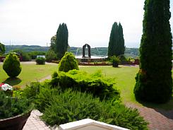 香りの館の前の庭。綺麗に剪定された芝や植木が噴水のに映えて綺麗です。