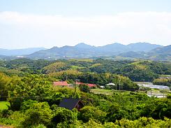 駐車場から眺めた山間。それほど高い山ではありませんが、なだらかに山並みが連なって、緑の濃淡の美しさが広がっています。