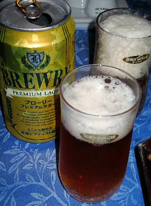 ノンアルコールビールの缶と、グラスがふたつ。それぞれにビールが注がれています。