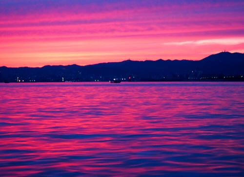 最後の輝きのように、海も空も紫がかったオレンジのグラデーションに染め上げて、お日様はこの日の仕事を終えました。黒ずんでいく海面の変化にしばし心を奪われ見入ってしまいます。