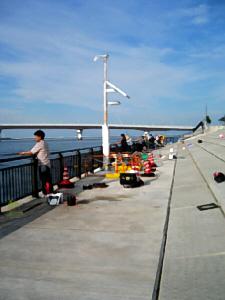 同じく無料釣り場の風景。こちら側は大阪方面を写した一枚。同じく沢山の釣り客で賑わっています。ポートアイランドと神戸空港を繋ぐ橋が見えています。