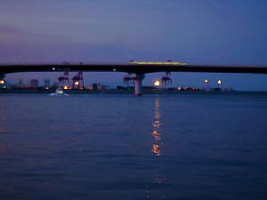 完全に日が落ちると、静かな青一色の世界が現れました。海面を照らすのはお日様に代わって今度は人工の灯りです。神戸の夜景がお日様に取って代わる瞬間。