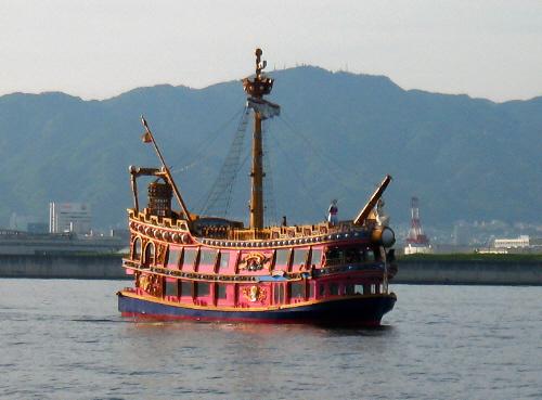 ちょっと海賊船を思わせるような作りの遊覧船。ブルーの船底に赤い二階建ての窓のついたレトロなデザインの船。テーマパークで遊覧しているような子供が喜びそうな船です。船長さんはやっぱり海賊の格好が似合いそうですね(笑)