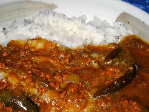 カレーのアップ画像。ひき肉となすが見えています。白いご飯にかかったカレーの色合いってそれだけで食欲をそそります。ちょっぴり良いお米を使っているので、粒がしっかり立っています。