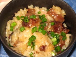 タレがご飯に絡んで茶色いいろになっています。煮込まれた小さめの牛肉の濃い茶色と青ネギがアクセントになっています。