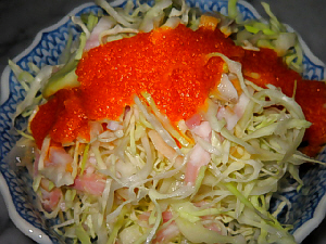 和風の小鉢に入ったサラダ。オレンジ色のドレッシングが鮮やか。