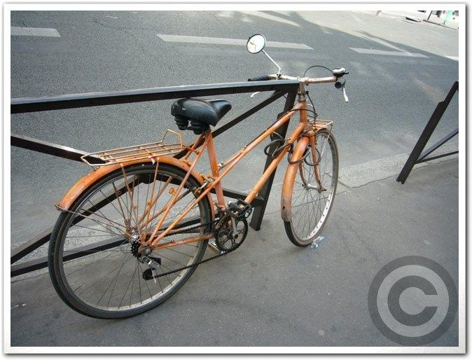 ■街角の自転車(パリ)_a0008105_8395429.jpg