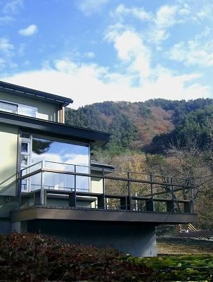 八ヶ岳山麓に佇む山荘と住宅    _e0008000_9583412.jpg