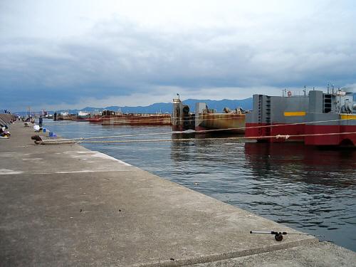 釣れないからどんどん人気も少なくなってきて、ややがらんとしてきた一文字の姿です。目の前には大きなタンカーが何艘も係留されていました。