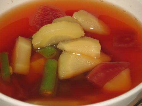 スープのアップ画像。白い人参、真っ赤なビーツ、インゲンマメの緑、野菜だけなのに華やかなスープになりました。